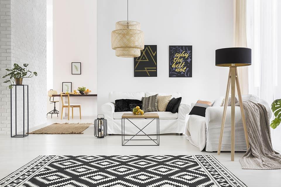 Salon con muebles en tonos claros y alfombra oscura