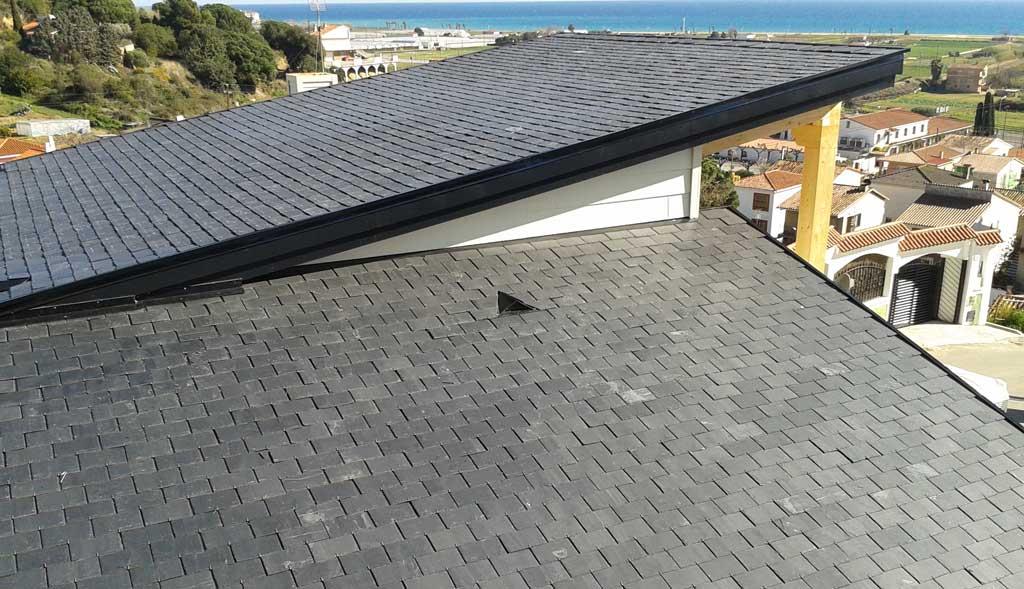 Chalet con cubierta invertida en tejado