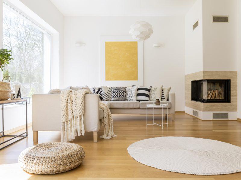 salon con muebles en colores beige y chimenea