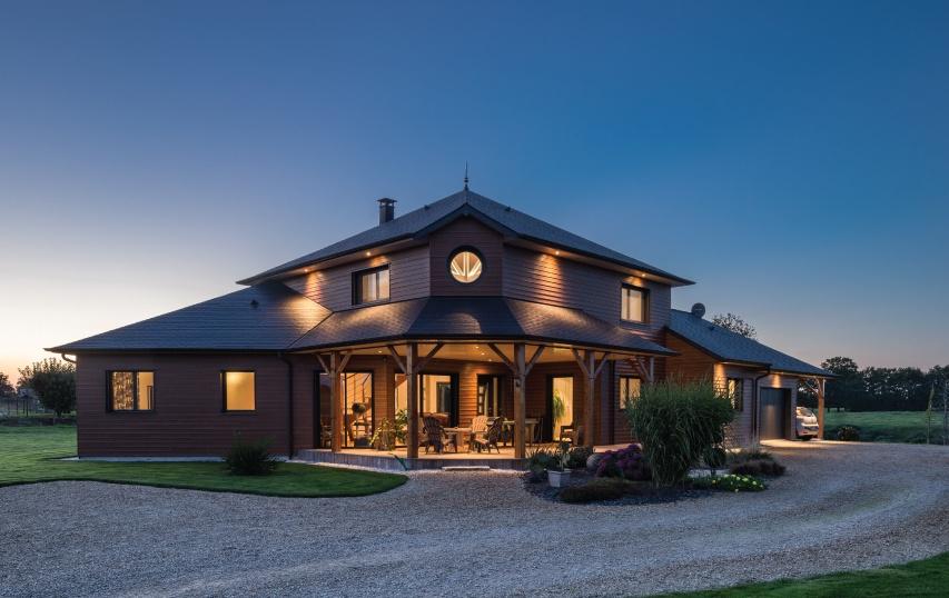 chalet iluminado con tejado a cuatro aguas