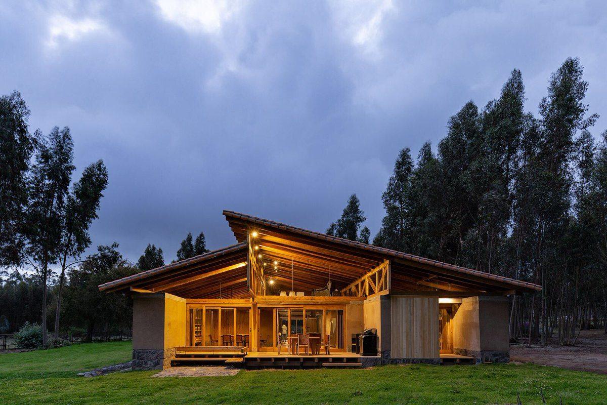 chalet de diseño con vistas al bosque de tejado a dos aguas