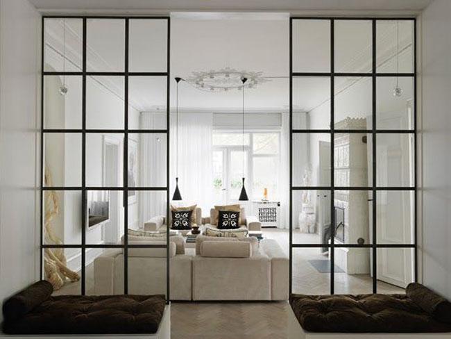 Vidriera industrial y salon al fondo con sofas blancos