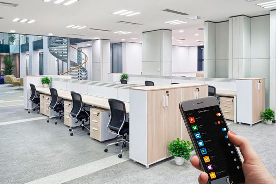 oficina con mesas y sillas domotica manejada desde el movil