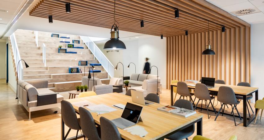 oficina co working con mesas sillas y sofas