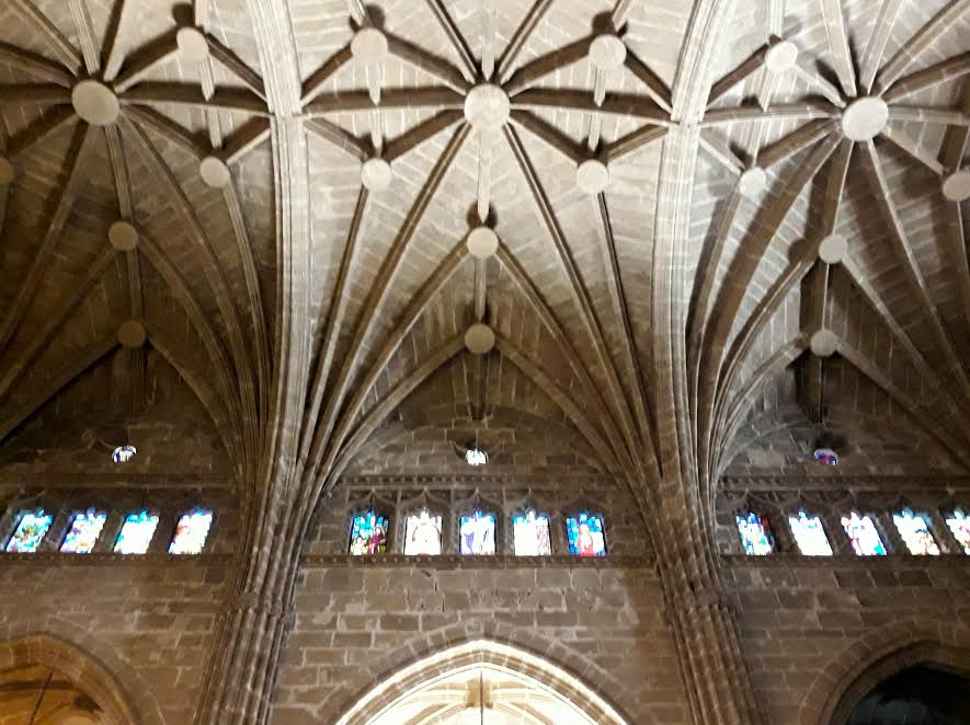 Interior de la iglesia san bartolome con techos altos