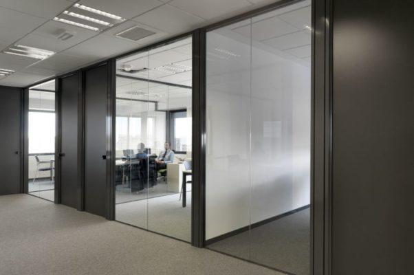 oficina con mampara de cristal en despacho