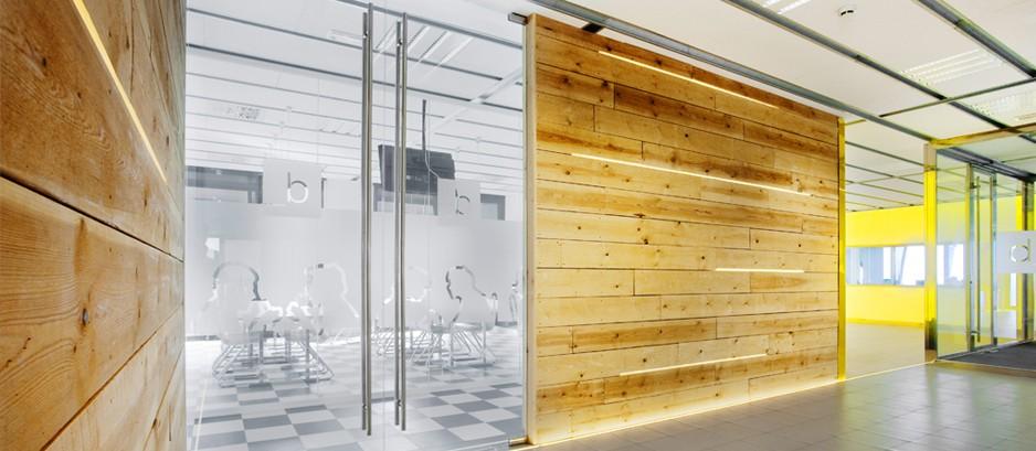 Mamparas de cristal con pared de madera