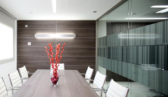 Mesa de reuniones con mampara