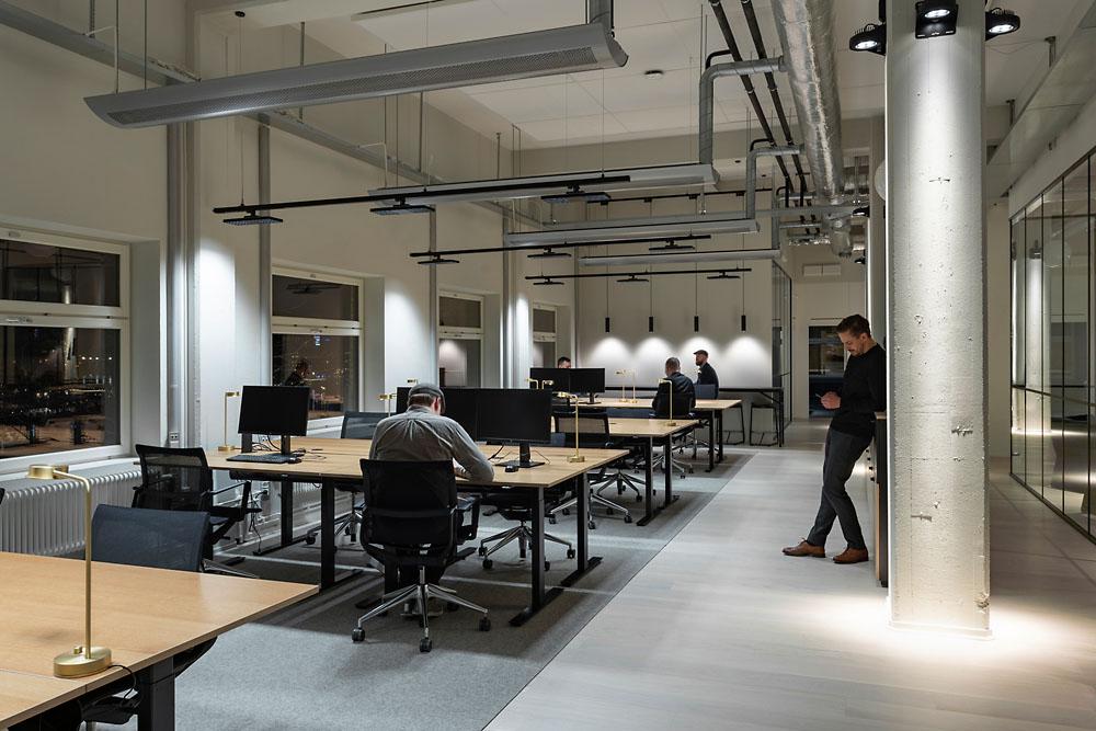 mesas y sillas oficina con diseño tipo industrial