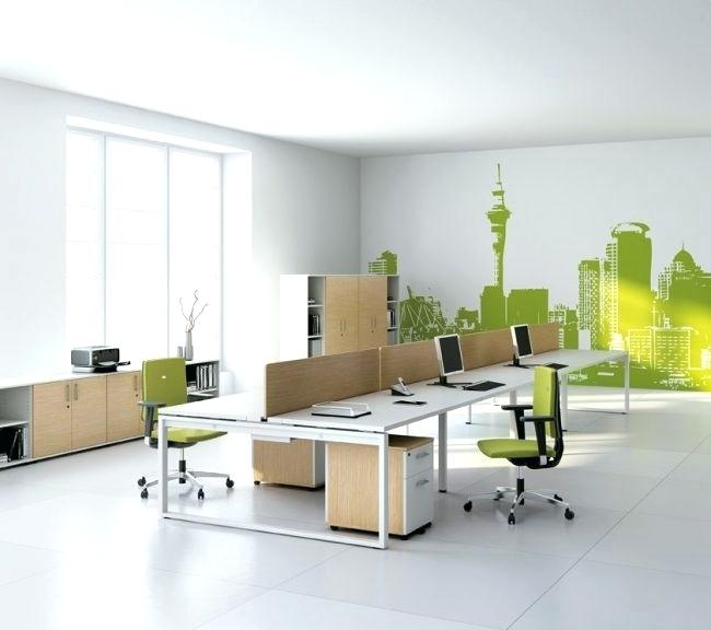 oficina de trabajo con mesa y sillas en color verde