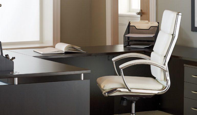 Mesa oficina con silla inteligente