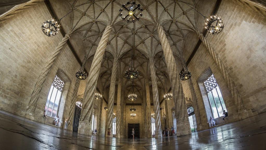 interior de la lonja de valencia con grandes columnas y techos altos