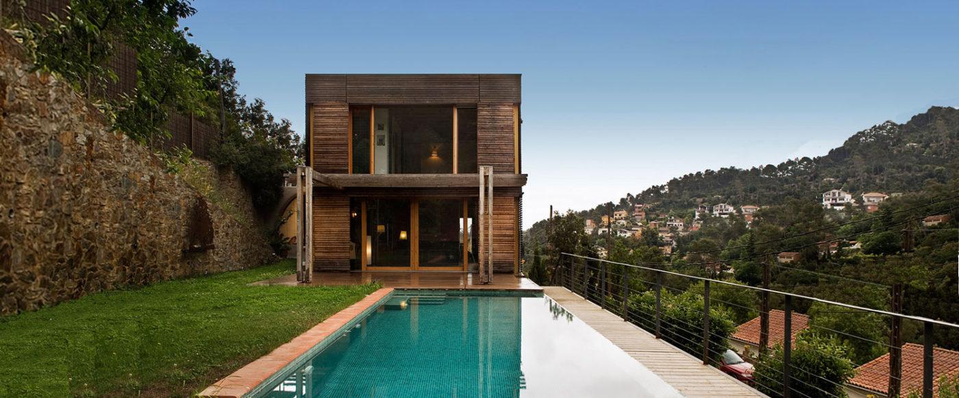 Jardín con piscina y casa de madera al fondo