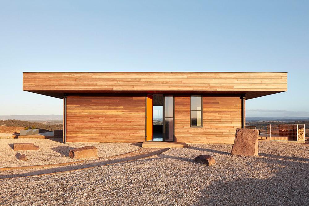 Exterior casa de madera con vistas al monte