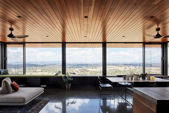 Interior casa de madera con vistas al horizonte