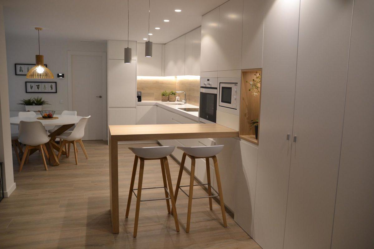 Cocina de madera con muebles blancos y espaciosos