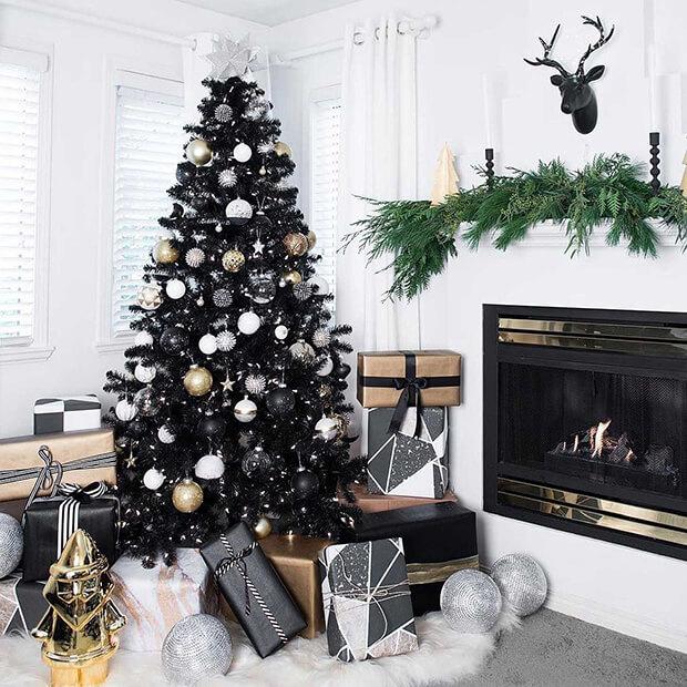 Árbol de Navidad con decoraciones en blanco y negro