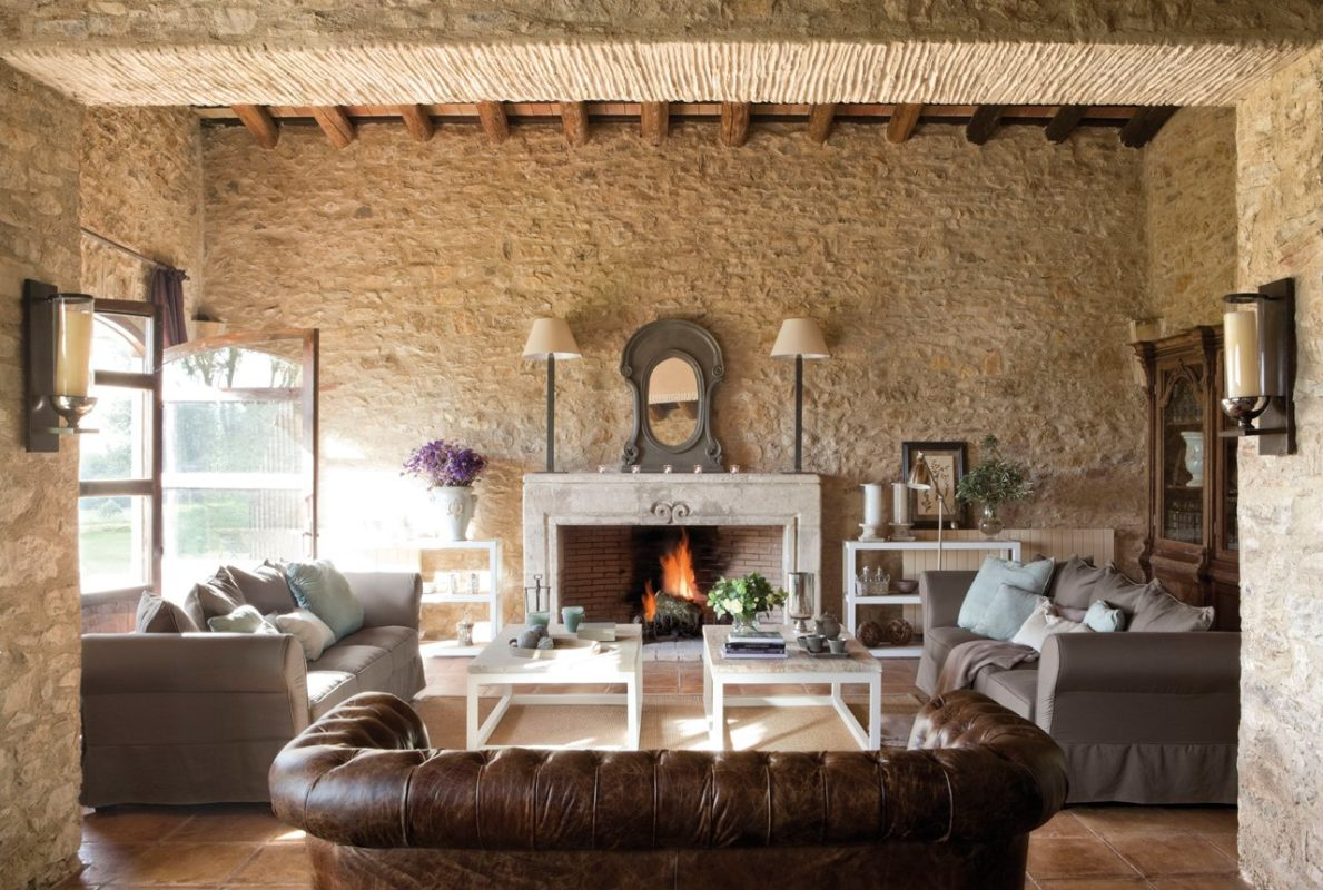 Decorar tu salon-comedor estilo rustico con sofas y paredes en tonos marrones y beis