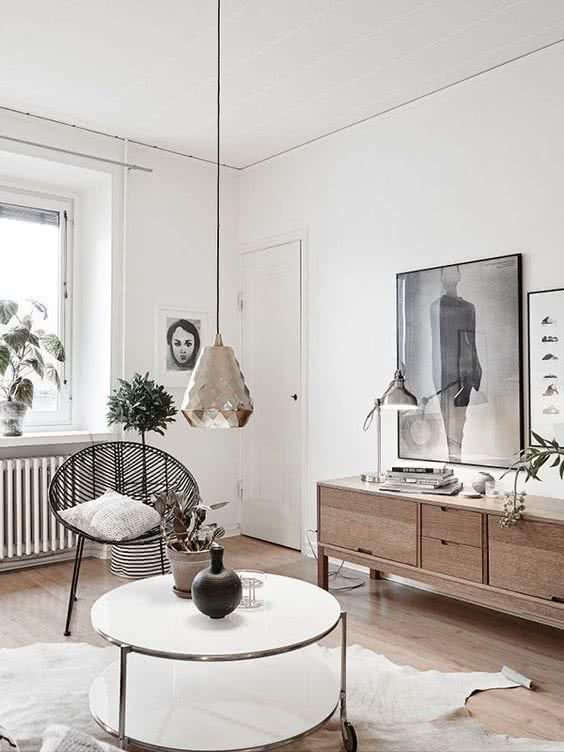 decoracion habitacion estilo nordico y japones con silla, comoda y mesa centro