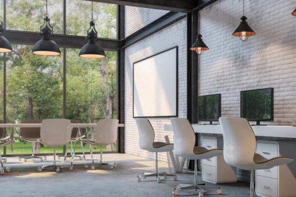 Oficina con lamparas mesas y sillas de trabajo con ventana a jardin