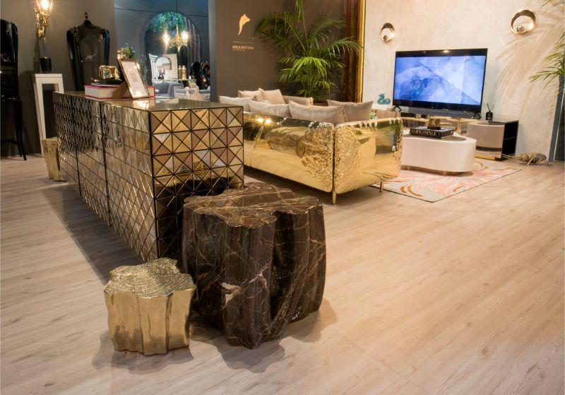 Stand expositor maison et objet con mobiliario en tonos dorados