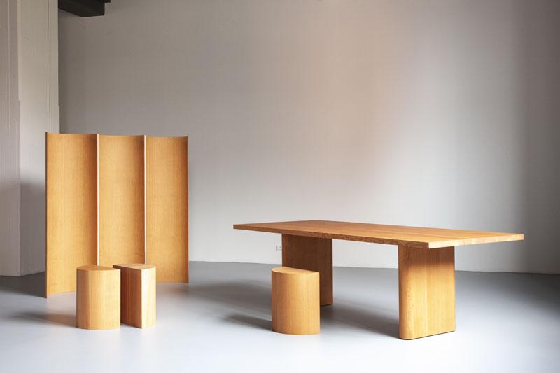 Mesa y sillas de madera diseñadas por Michael Anastassiades