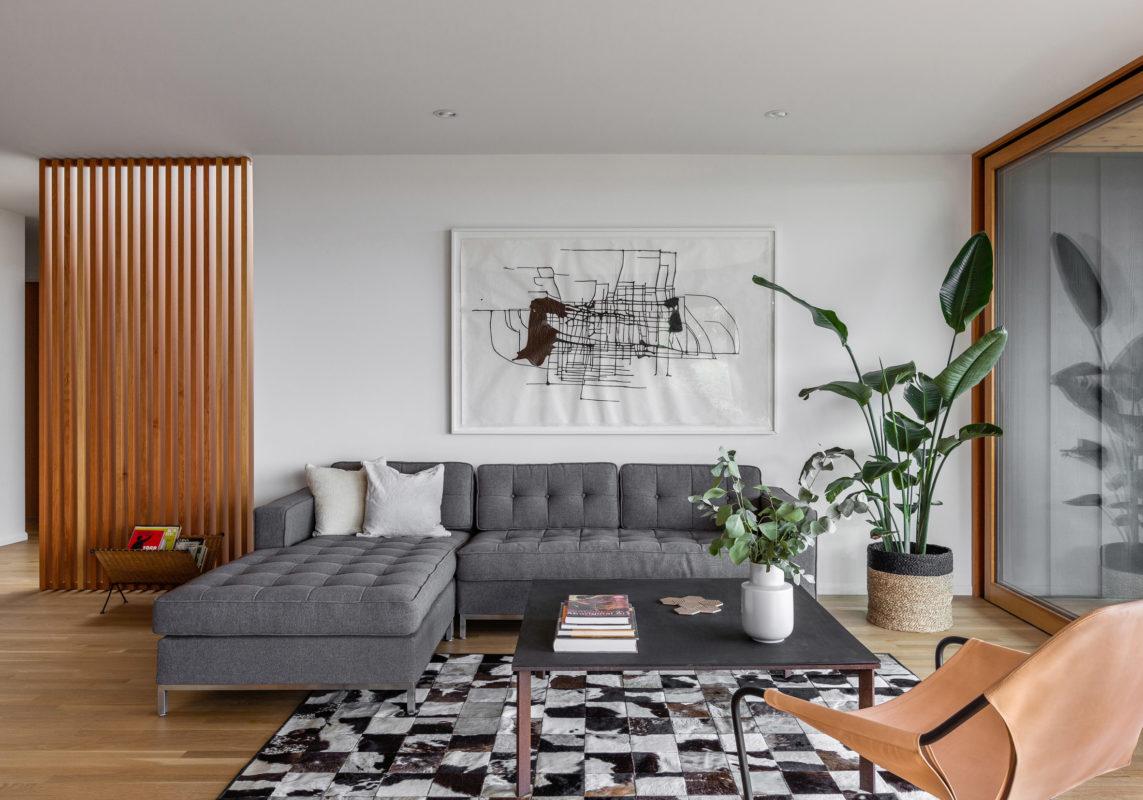 Salon son sofa gris y alfombra a cuadros tendencias de interiorismo