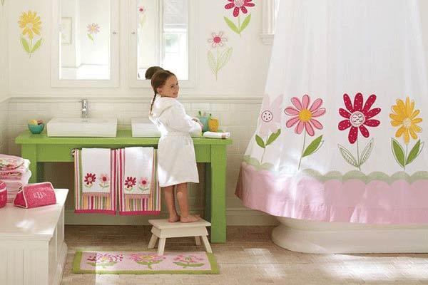 Niña en cuarto de baño decorado con colores