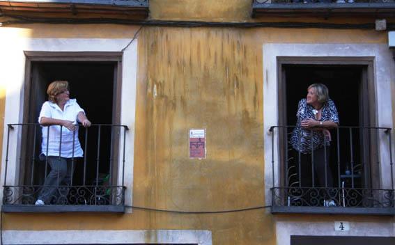 vecinas hablando desde el balcon
