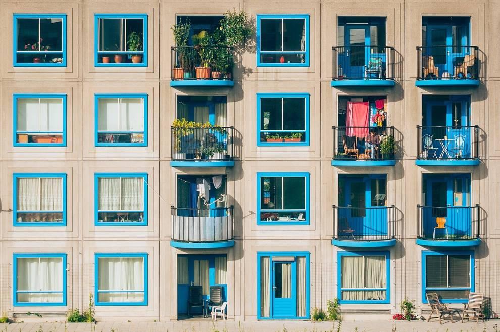 balcones azules de edificio bien decorado