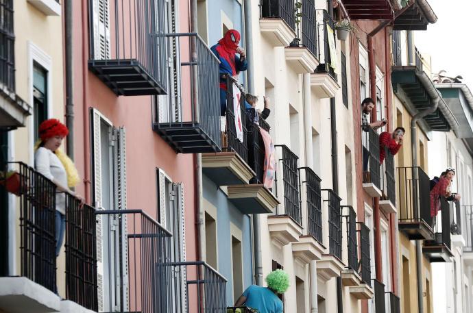 calle llena de balcones con vecinos
