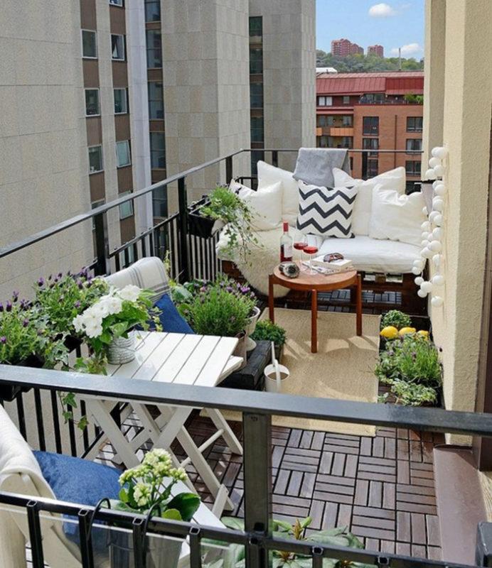 balcon nordico con sofas y plantas decorativas