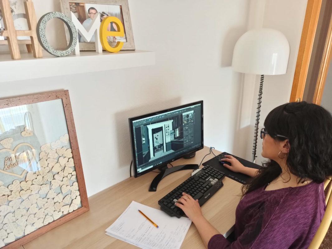 Paloma trabajando desde casa con autocad