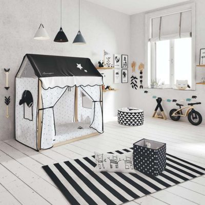 ccabaña infantil con bicicleta en sala de juegos infantil