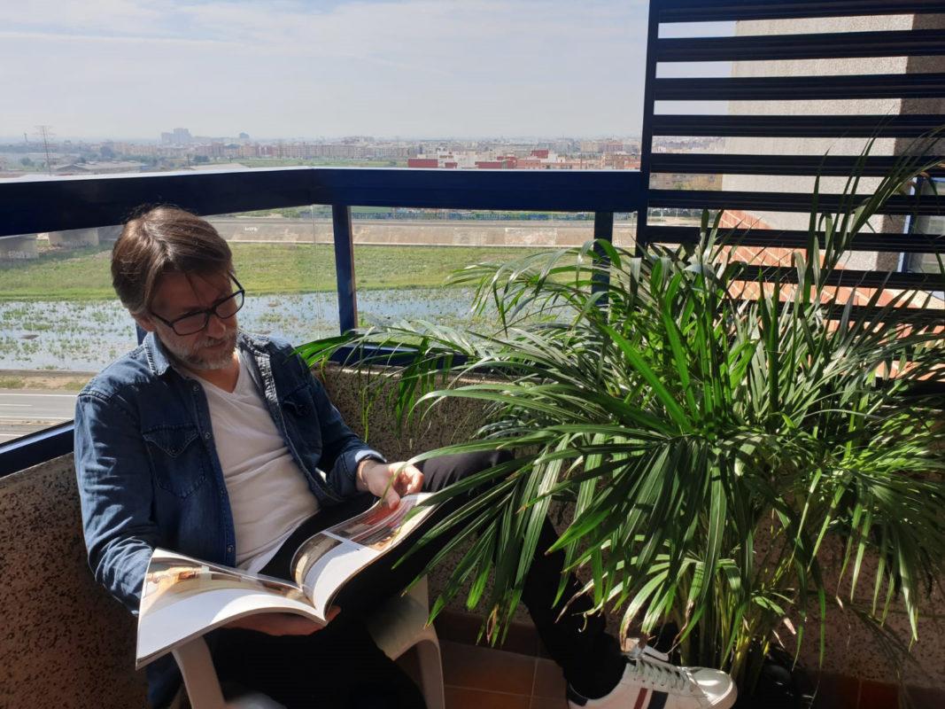 Salva interioristas leyendo una revista de decoracion en el balcon