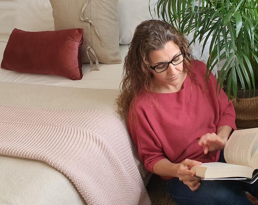 sandra interiorista estudiodaes leyendo un libro