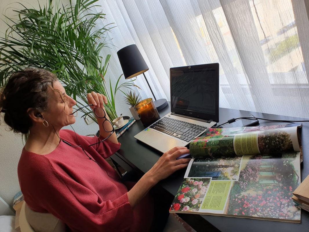 Sandra leyendo una revista de interiorismo