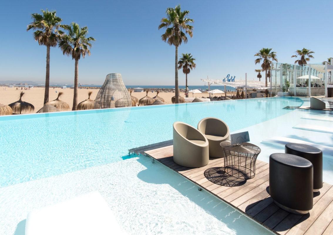 piscina con meas y sillas privado marina beach club