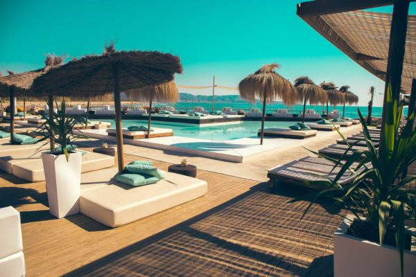 Nudo beach club piscina
