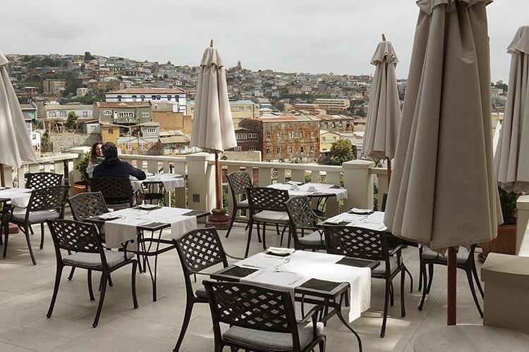 mesas y sillas en un restaurante en la azotea
