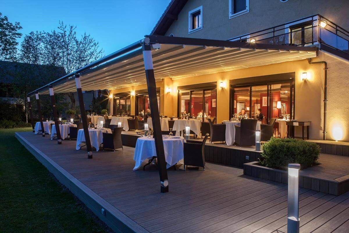 terraza con mesas y sillas de restaurante sofisticado