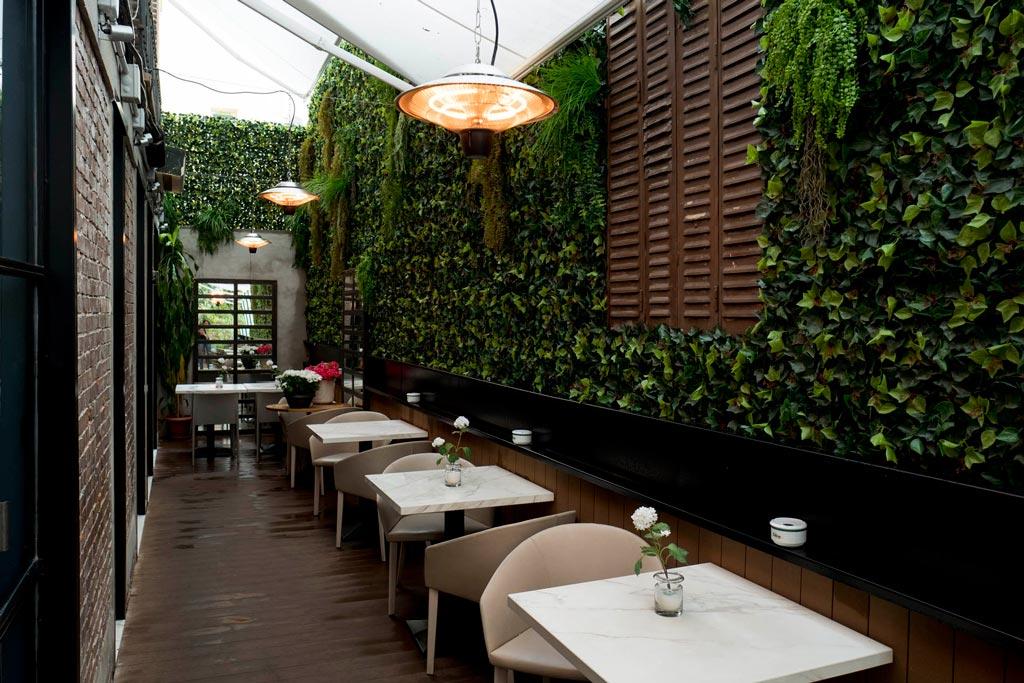diseña la terraza de tu restaurante con mesas y sombra