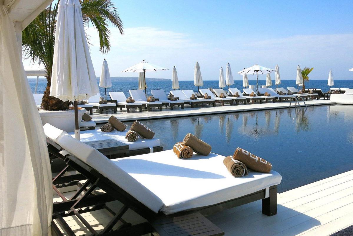 hamaca con vistas a la piscina puro beach
