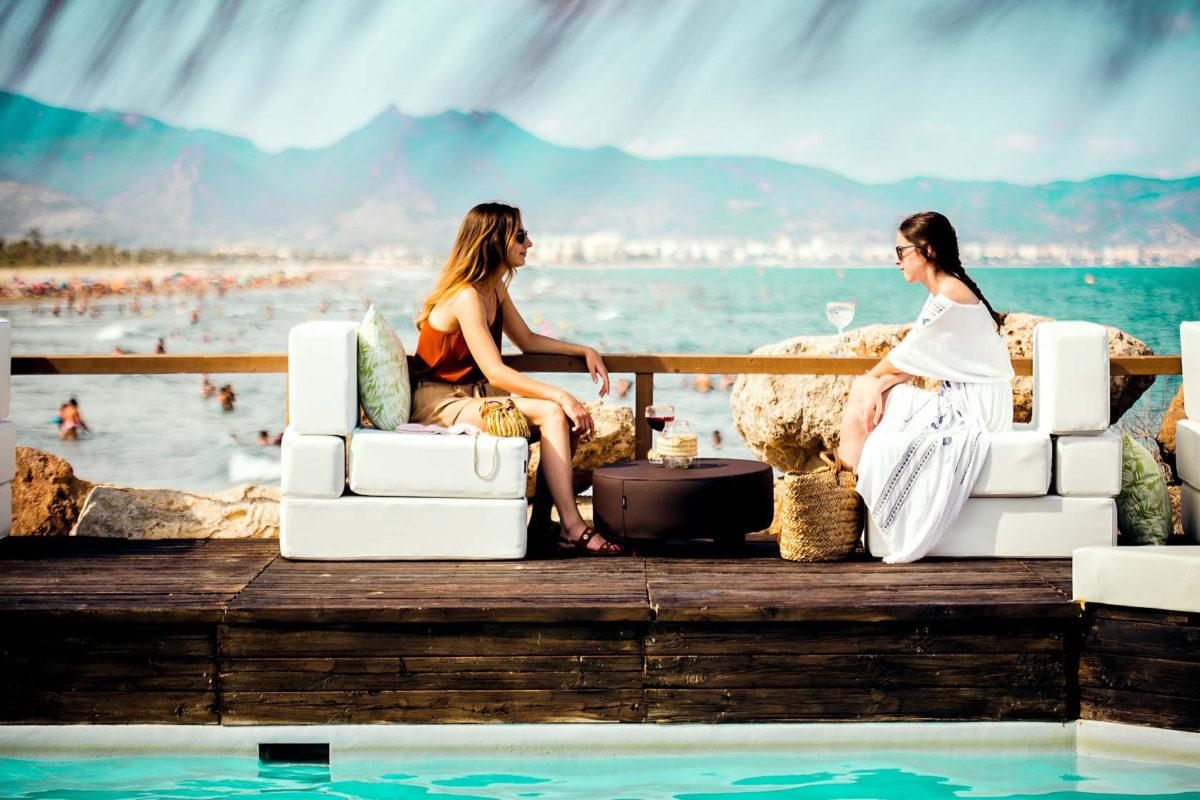 amigas hablando piscina nudo beach castellon