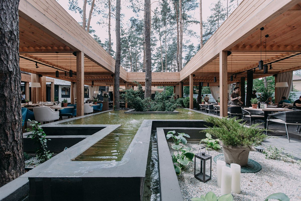 terraza exterior restaurante con piscina