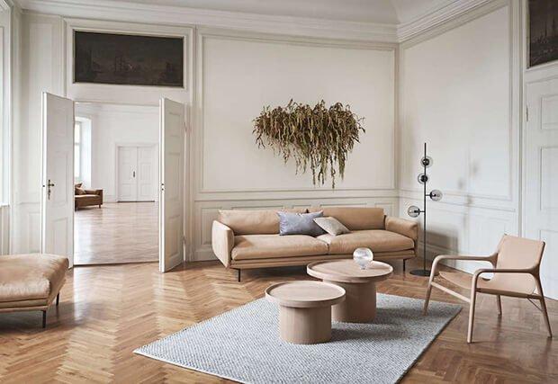 salon con paredes blancas y sofas en tono marron