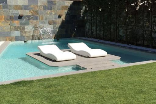Tumbonas dentro del agua piscina
