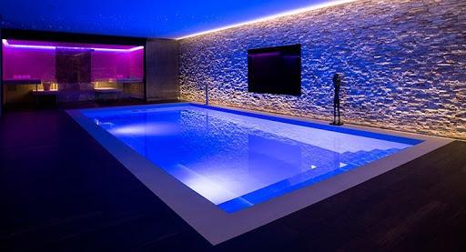 iluminación piscina azul y morado
