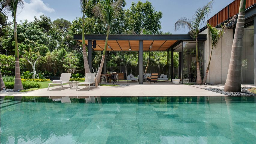 Piscina diseño con terraza y tumbonas