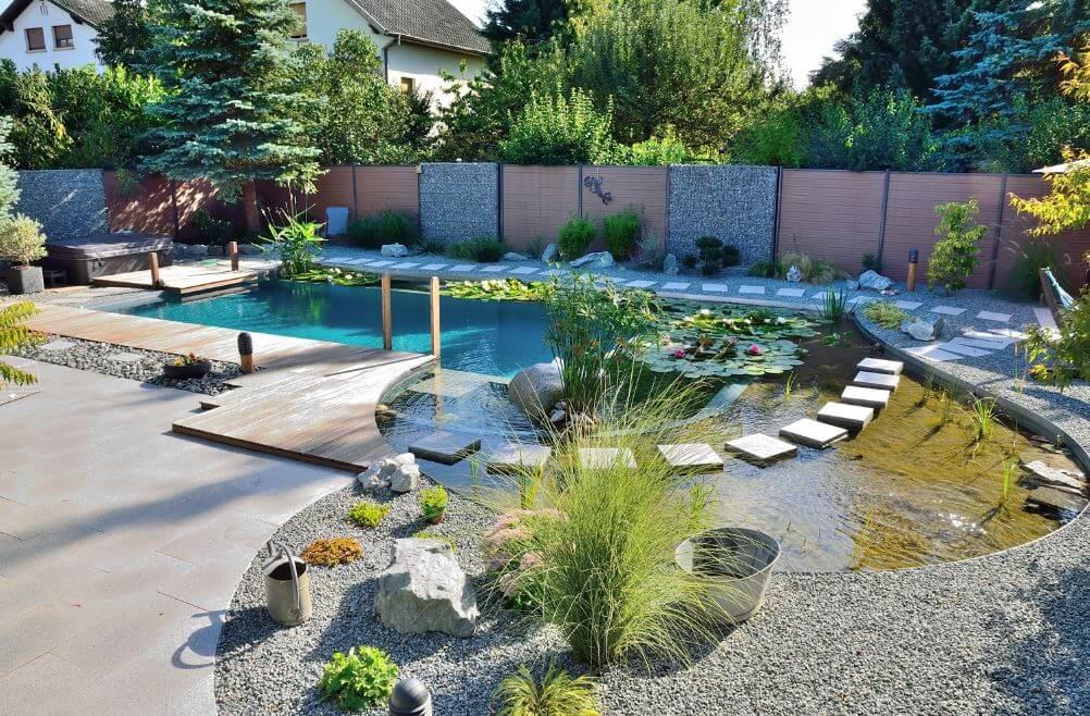 piscina en jardin integrada con las platnas